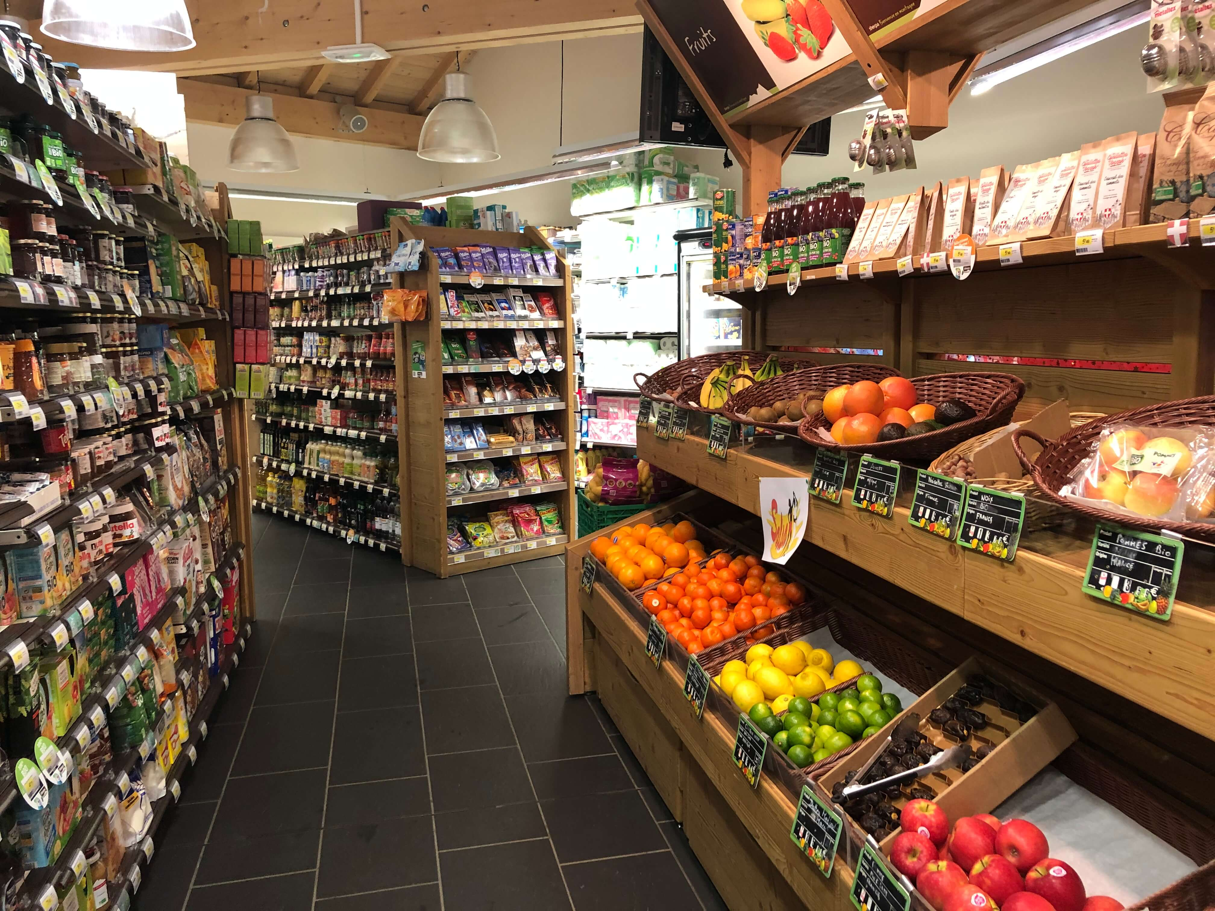 Sherpa supermarket Val Cenis - les champs rayons fruits and vegetables on another angle